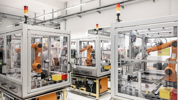 Flexible and scalable assembly line